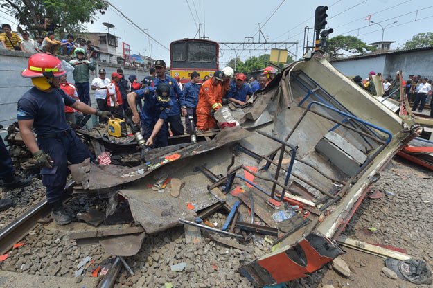 Pociąg po zderzeniu pchał jeszcze busa przez 200 metrów po torach /AFP