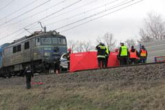 Pociąg uderzył w radiowóz na przejeździe kolejowym. Zginął policjant