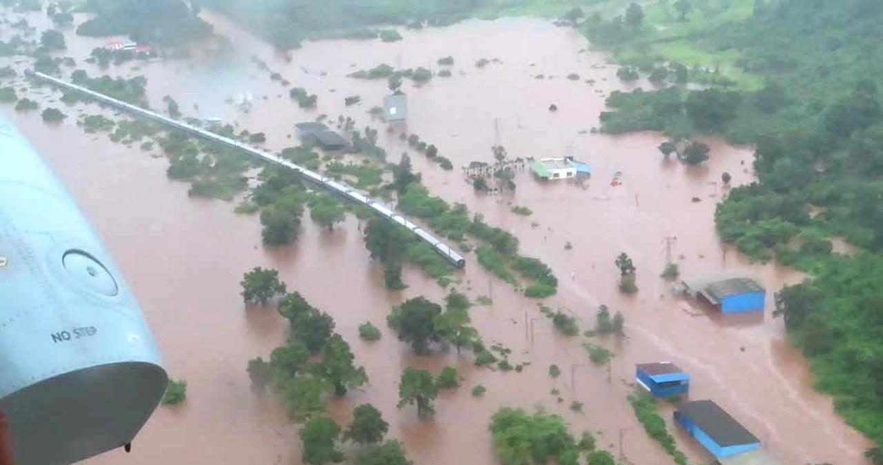 Pociąg utknął w powodzi. Ewakuowano ponad 1000 pasażerów