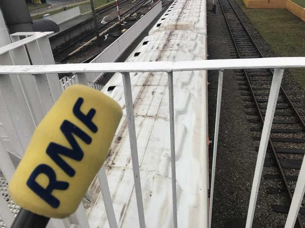 Pociąg wjeżdżający na tor w Bazie Metra Warszawskiego. Tuż obok znajduje się kilometrowy tor prób, na którym pociągi są sprawdzane /Michał Dobrołowicz /RMF FM