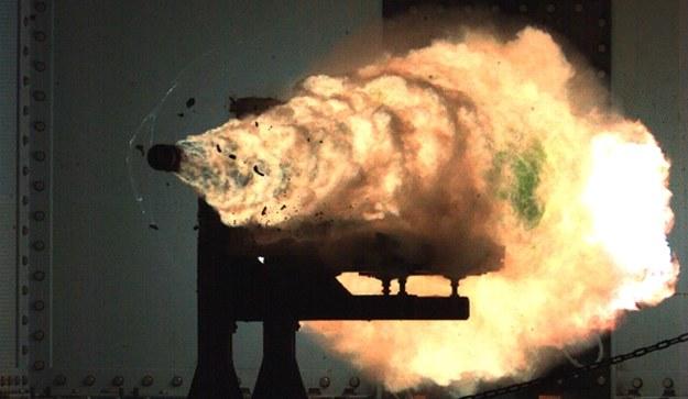 Pociski z działa elektromagnetycznego mogą razić cele na odległości większej niż 200 Mm i z prędkością większą niż 7 Ma.  Fot. US Navy /materiały prasowe