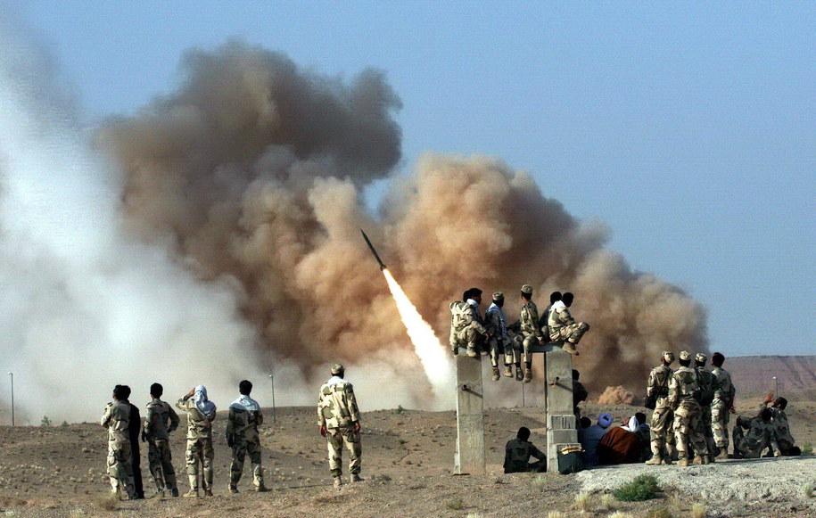 Pociski Zelzal wystrzeliwane na zdjęciach z ćwiczeń wojskowych  przeprowadzonych przez irańską elitarną Gwardię Rewolucyjną w czerwcu 2011 roku /STRINGER /PAP/EPA