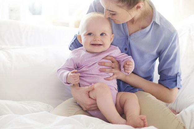 Początki macierzyństwa nie są łatwe. Dlatego warto mieć zaufaną osobę, której można się poradzić /123RF/PICSEL
