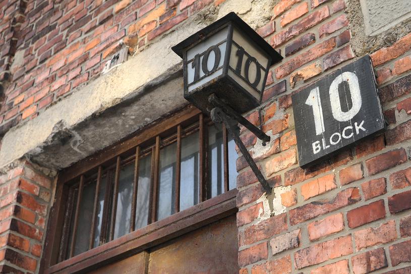 Początkowo eksperymenty odywają się w bloku 30, w kwietniu 1943 roku więźniarki zostają przeniesione do bloku 10 /Getty Images