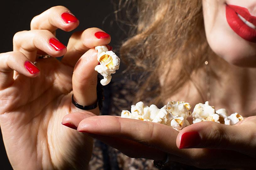 Poczciwym popcornem bez soli i tłuszczu z powodzeniem możesz zastąpić kaloryczne czipsy /123RF/PICSEL