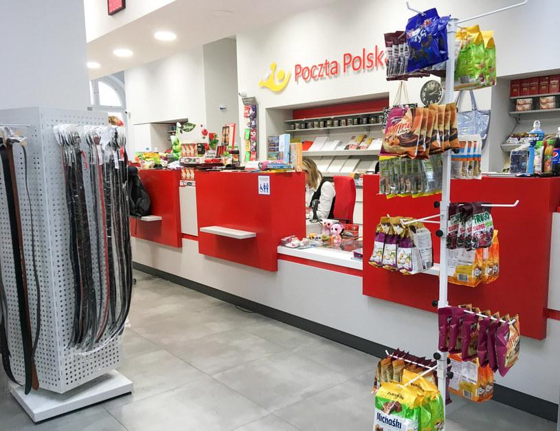 Poczta Polska obecnie handluje artykułami spożywczymi, pierwszej potrzeby, zabawkami, wzięła się za dystrybucję prasy /Piotr Kamionka /Reporter