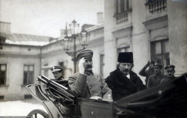 Pocztówka z okresu międzywojnia. Na zdjęciu gen. Józef Piłsudski i Ignacy Jan Paderewski /Fotonova