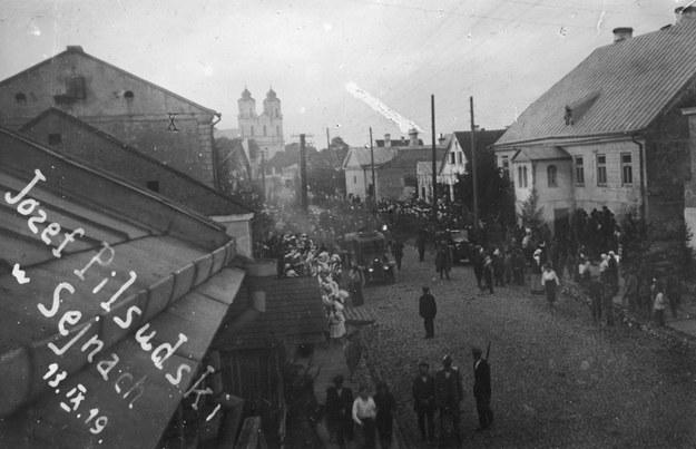 Pocztówka z przeszłości: Mieszkańcy witają Naczelnika Państwa Józefa Piłsudskiego. W tle widoczna bazylika Nawiedzenia Najświętszej Maryi Panny /Z archiwum Narodowego Archiwum Cyfrowego
