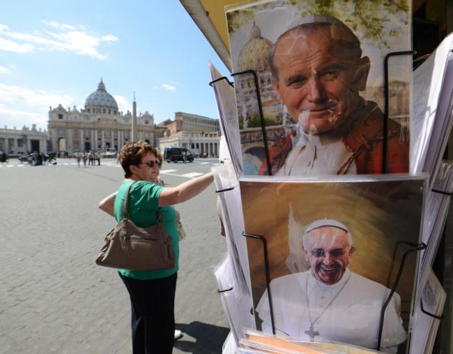 Pocztówki z wizerunkami papieży Jana Pawła II, Franciszka sprzedawane przy Placu św. Piotra w Watykanie /Radek Pietruszka /PAP