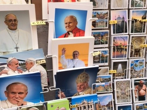 Pocztówki z wizerunkami papieży /Barbara Zielińska-Mordarska /RMF FM