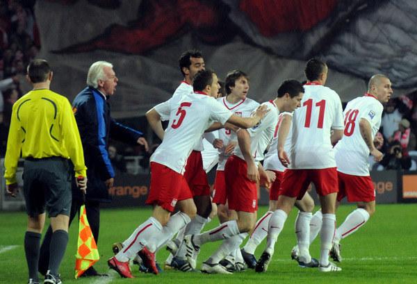 Pod batutą Leo Beenhakkera przeciętni piłkarze stworzyli niezły zespół, który prezentował nowoczesny futbol. /AFP