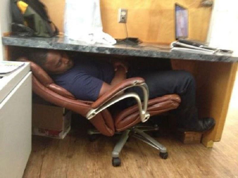Pod biurkiem /humorsharing.com
