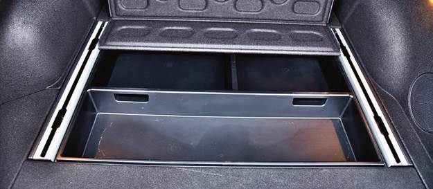 Pod całą podłogą bagażnika są głębokie na ok. 10 cm skrytki (plastikowe, a więc łatwe do czyszczenia). /Motor