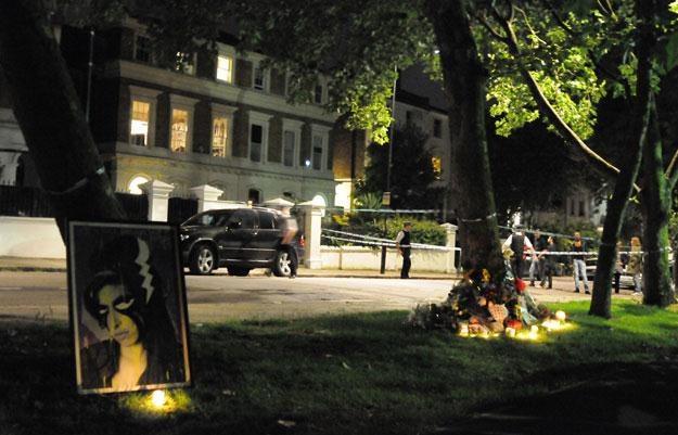 Pod domem Any Winehouse fani zapalili znicze i złożyli kwiaty fot. Sylvia Linares /Getty Images/Flash Press Media