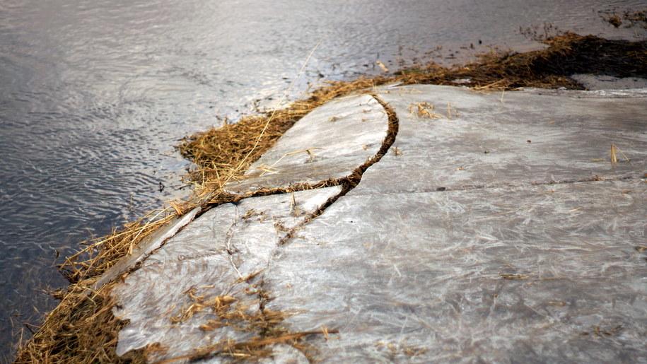 Pod dwoma nastolatkami załamał się lód. Zdjęcie ilustracyjne /Michał Dukaczewski /RMF FM