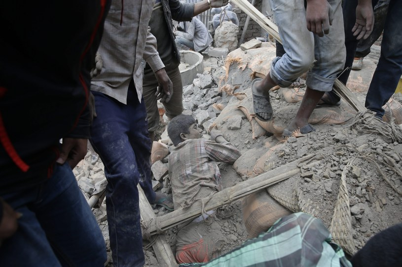 Pod gruzami wciąż są ludzie /PAP/EPA