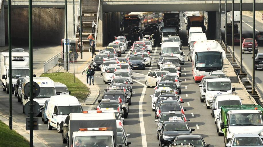 """Pod hasłem """"Stop Nielegalnym Przewozom"""" w Warszawie w poniedziałek odbył się protest taksówkarzy / Radek Pietruszka   /PAP"""