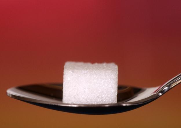Pod koniec 2012 r. cukier w sklepach sieciowych kosztował średnio 3,76 zł za kilogram /© Panthermedia