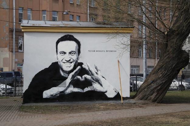 """Pod koniec kwietnia w Petersburgu pojawiło się graffiti przedstawiające rosyjskiego opozycjonistę Aleksieja Nawalnego z napisem """"Bohater nowej ery"""". Urzędnicy miejscy później zamalowali rysunek /ANATOLY MALTSEV  /PAP/EPA"""