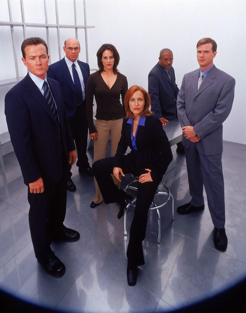 Pod koniec serialu zabrakło Muldera. Do zespołu dołączyli John Dogget (z lewej) i Monica Reyes (Annabeth Gish, obok Gillian). /materiały prasowe