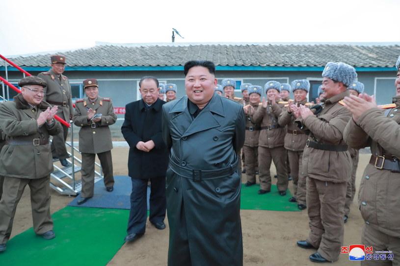 """Pod koniec ubiegłego tygodnia KCNA poinformowała, że przywódca Korei Płn. Kim Dzong Un nadzorował testy """"bardzo dużego systemu rakiet wielokrotnego startu"""" /KCNA /PAP/EPA"""