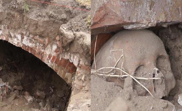 Pod koparką zapadła się ziemia. W ten sposób odkryto kryptę sprzed 200 lat
