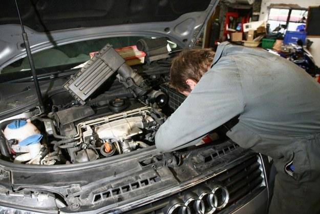 Pod maską aut jest coraz mniej miejsca, więc czynności serwisowe są trudniejsze /