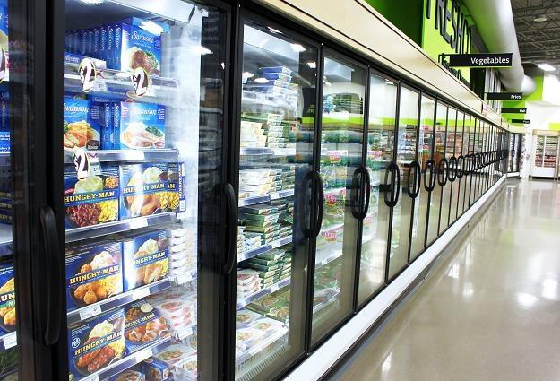 Pod nowe przepisy podlegają już sklepy dysponujące regałami chłodniczymi /©123RF/PICSEL