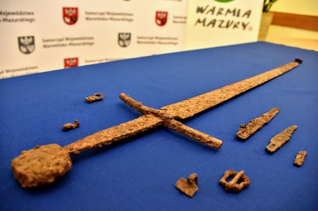 Pod Olsztynem znaleziono unikatowy zestaw: miecz, pochwę, pas i dwa noże. /Urząd Marszałkowski Województwa Warmińsko-Mazurskiego /
