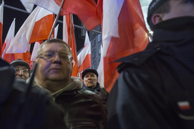Pod Pałacem Prezydenckim gromadzą się zwolennicy PiS (zdj. ilustracyjne) /Berezowski /Reporter