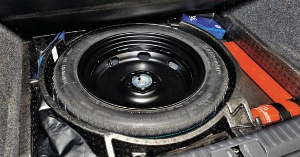 Pod podłogą bagażnika jest niewielka wnęka na dojazdowe koło zapasowe i kilka schowków. /Motor
