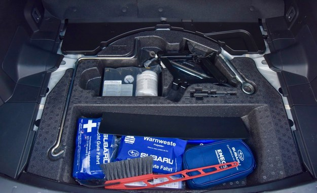 Pod podłogą bagażnika jest schowek z podnośnikiem i apteczką. /Motor
