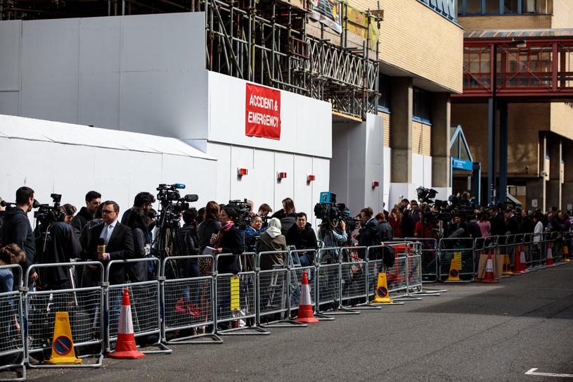 Pod wejściem do szpitala ustawił się tłum dziennikarzy z całego świata /Getty Images