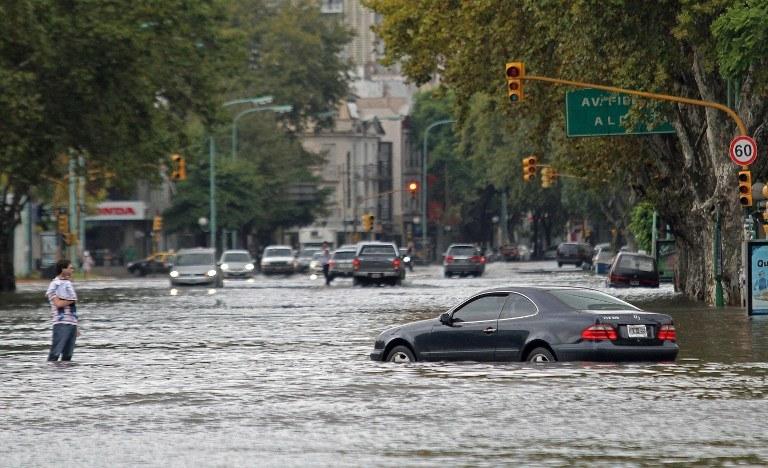 Pod wodą znalazły się dzielnice Saavedra, Nunez i Belgrano /AFP