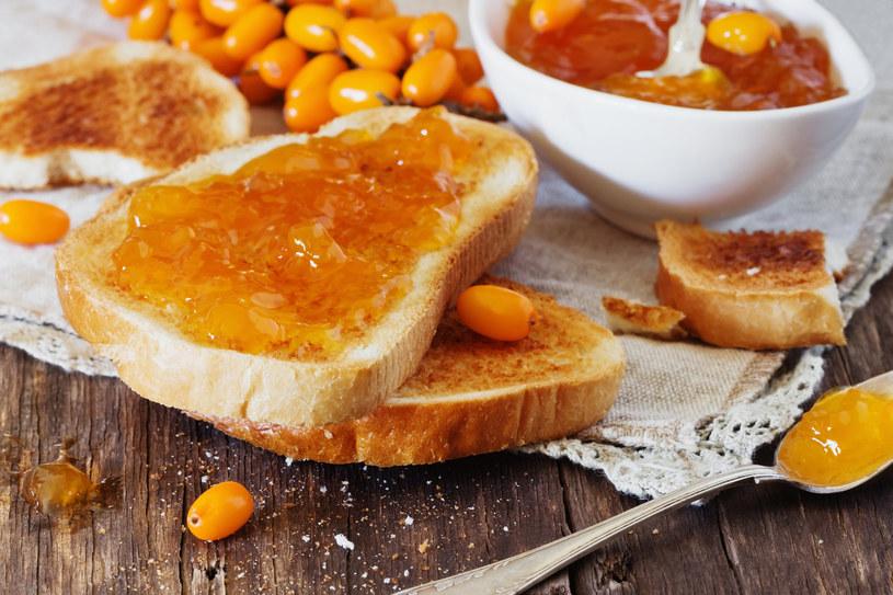 Podaj chrupiące tosty z dżemem z rokitnika. Palce lizać! /123RF/PICSEL