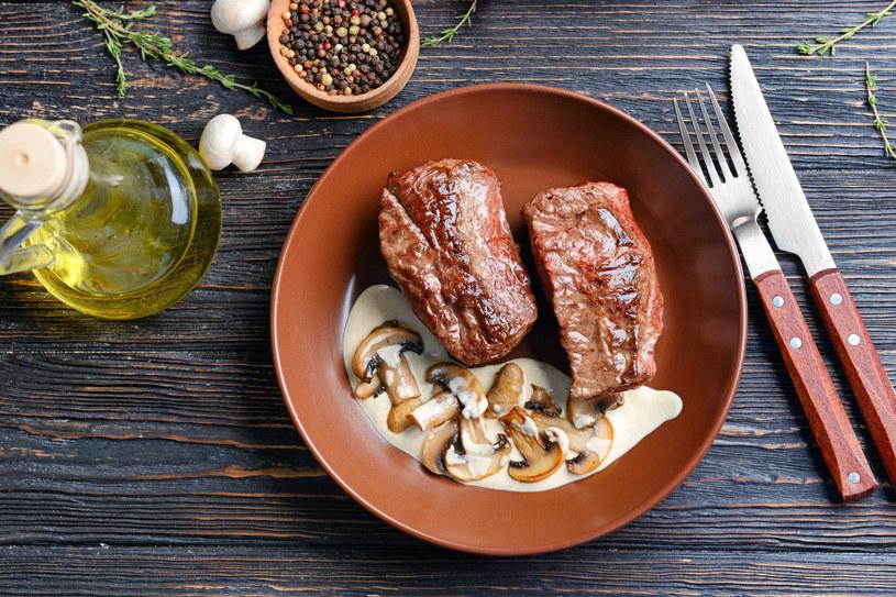 Podaj do tego sałatkę ze świeżych warzyw z oliwą /123RF/PICSEL