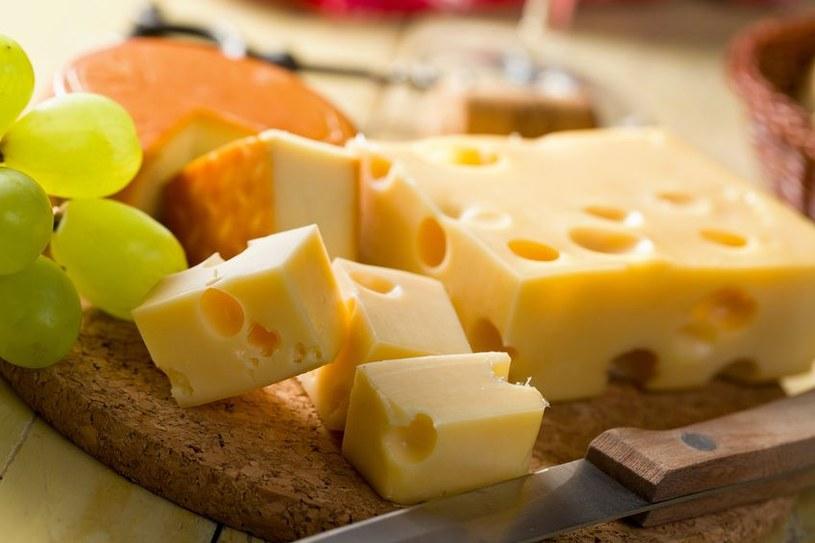 Podaj różne rodzaje sera z winogronami i orzechami jako przekąskę do wina /123RF/PICSEL
