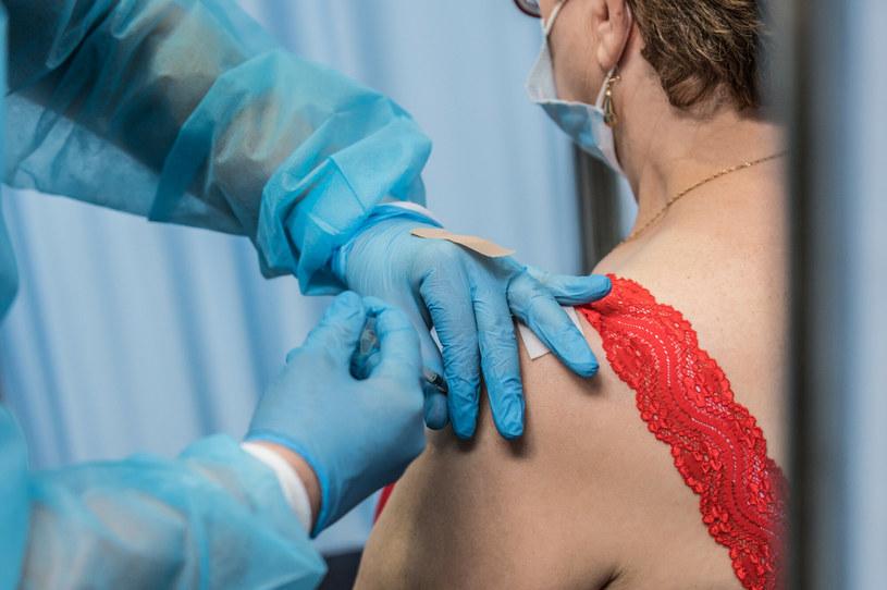 Podanie szczepionki przeciw COVID-19 /Marcin Bruniecki/ Reporter /Reporter