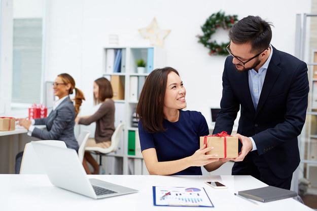 Podarunki dla pracowników budują dobre relacje w firmie /123RF/PICSEL