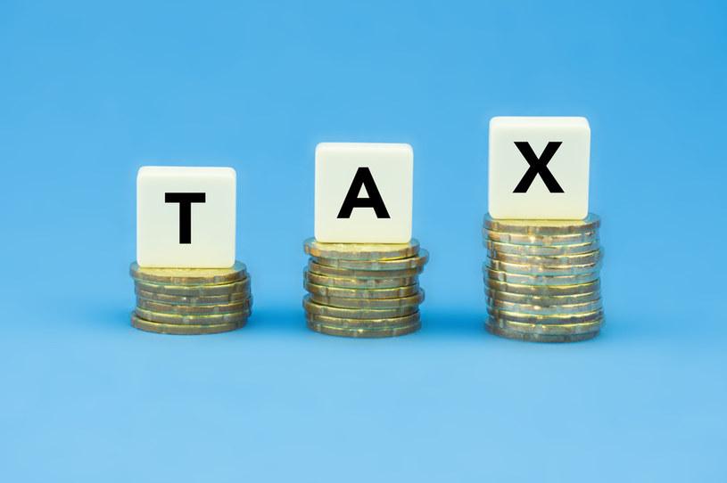 Podatki mają - jak pisze Leszek Filipowicz - dwoisty charakter: z jednej strony wywołują efekt arytmetyczny (wyższe podatki - wyższe wpływy), z drugiej zaś efekt ekonomiczny (wyższe podatki - niższa produkcja - niższe wpływy) /123RF/PICSEL