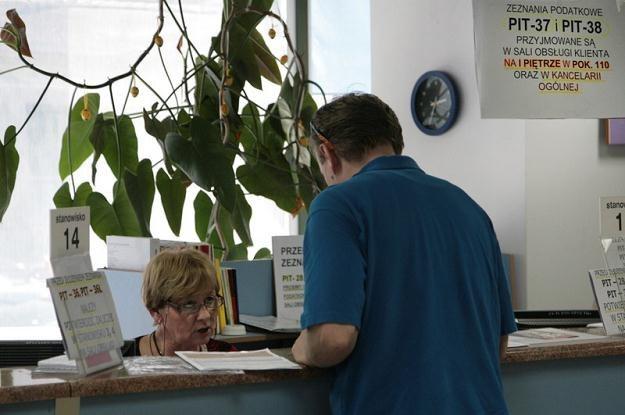 Podatnicy rozliczyli się z podatku, urzędnicy sprawdzają czy zrobili to dobrze, fot. J. Waszkiewicz /Reporter