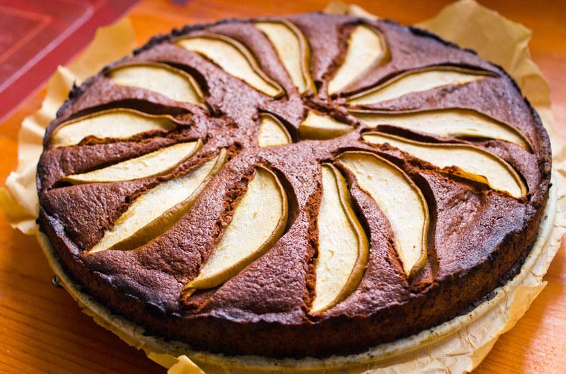 Podawaj na ciepło lub zimno z kulką ulubionych lodów lub bitą śmietaną. Przed podaniem ciasto można oprószyć cukrem pudrem lub udekorować polewą czekoladową /123RF/PICSEL