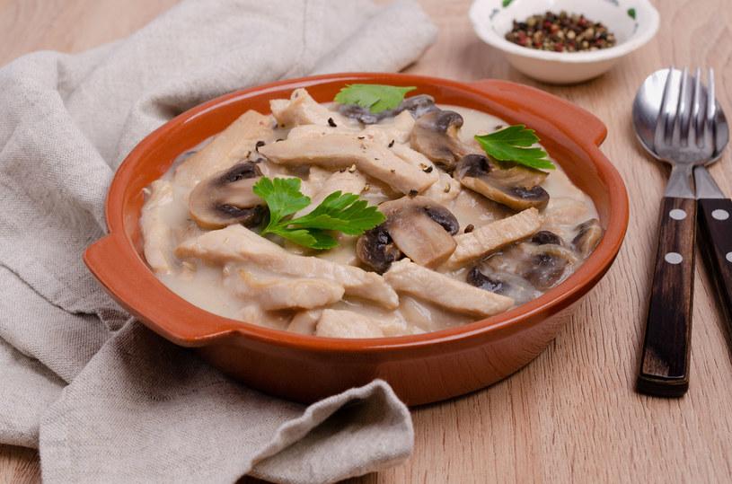 Podawaj najlepiej z ziołowym purée ziemniaczanym /123RF/PICSEL