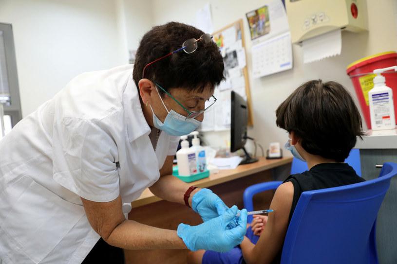 Podawanie szczepionki przeciw COVID-19 w ośrodku opieki zdrowotnej w Modiin, środkowy Izrael /Gil Cohen Magen/Xinhua News /East News