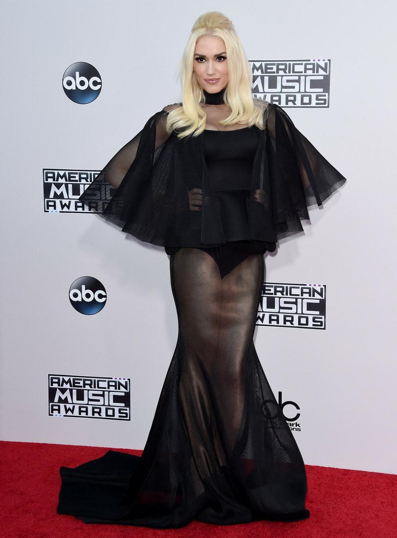 Podczas American Music Awards w 2015 roku Gwen zaskoczyła czarną, oryginalną kreacją /AXELLE/BAUER-GRIFFIN /East News