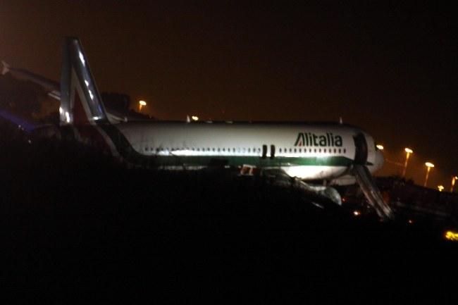 Podczas awaryjnego lądowania żadnemu ze 151 pasażerów nic się nie stało. /TELENEWS    /PAP/EPA