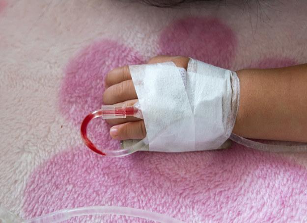 Podczas biegunki rotawirusowej przede wszystkim należy zadbać o to, by dostarczyć dziecku odpowiednią ilość płynów. /123RF/PICSEL