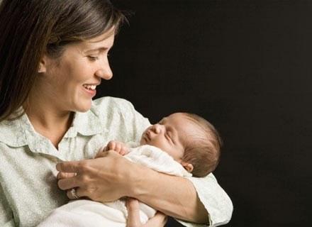 Podczas cesarskiego cięcia dziecko narażone zostaje na dodatkowy duży stres /ThetaXstock