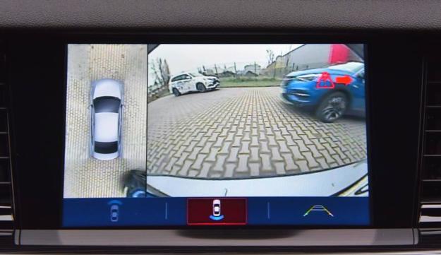 Podczas cofania na ekranie wyświetlane są ostrzeżenia o zbliżających się z boku autach. /Motor