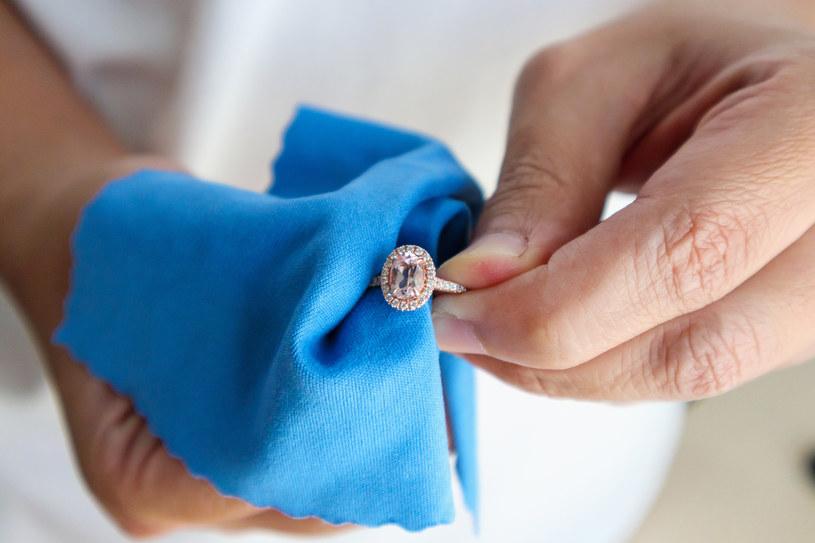 Podczas czyszczenia biżuterii używaj miękkich ściereczek i szczoteczek /123RF/PICSEL